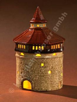 Dicker Turm mit braunem Dach