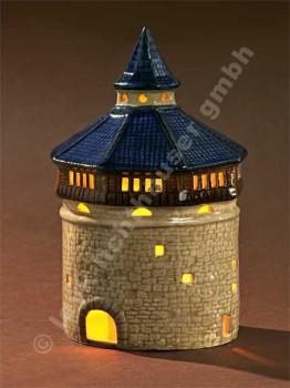 Dicker Turm mit blauem Dach
