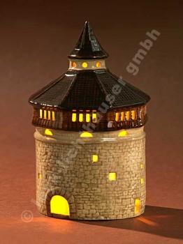 Dicker Turm mit dunkelbraunem Dach